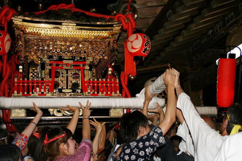 神輿が本殿に近づく